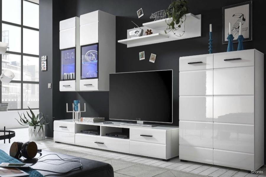 Bílé obývací stěny jsou pořád trendy